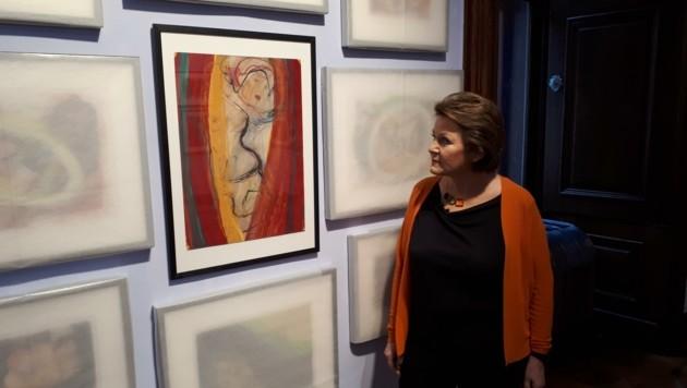 Kunstsammlerin Brigitte L. mit einem umstrittenen Bild (Bild: Peter Grotter)