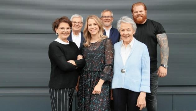 Die Familie Pfister aus dem Zillertal hält zusammen (von links): Margit, Franz, Mona, Peter F., Margot und Sebastian. (Bild: Pfister)