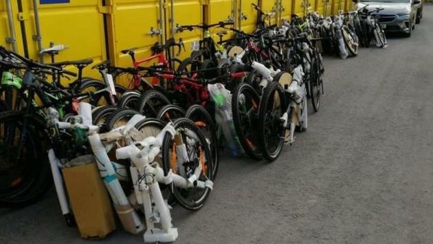 Zahlreiche Fahrräder und Fahrrad-Teile wurden von den niederösterreichischen Polizisten des Landeskriminalamts sichergestellt und zurückgegeben. (Bild: LPD NÖ)