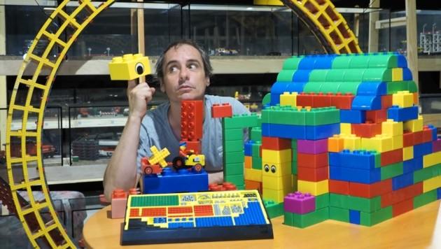 Daniel Schmatz hat unzählige Kindheitsträume aus bunten Bausteinen zusammengetragen. (Bild: Gabriele Moser)