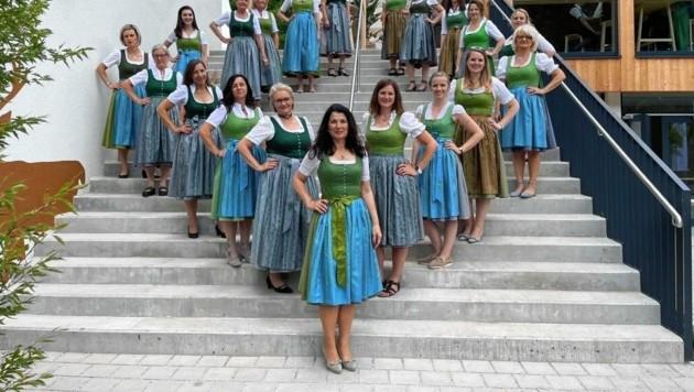 Steirische Jägerinnen (im Bild vorne Marion Kranabitl-Sarkleti) präsentieren stolz ihr fesches, neues Dirndl. (Bild: Peter Jukel / Steirische Jägerin)