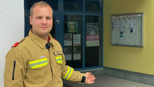 Lamprechtshausens Ortskommandant Michael Knoll hatte sein Fahrrad vorm Eingang des Feuerwehrhauses abgestellt. (Bild: Pressefoto Scharinger © Albin Schuster)