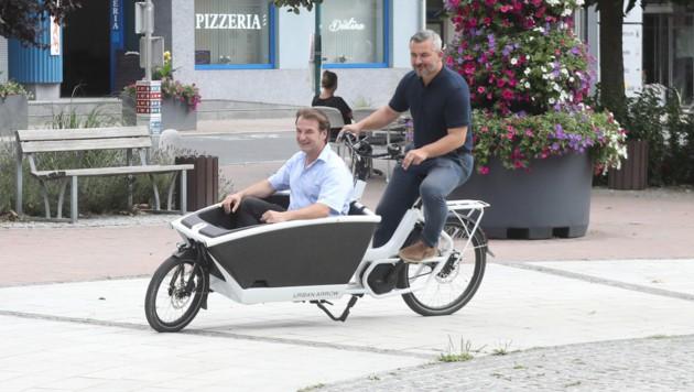 Landesrat Dorner (re.) überzeugte sich selbst von den Bikes. (Bild: DANIEL FENZ)