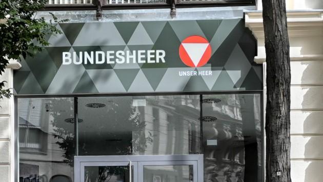 Außenansicht des Bundesheer-Shops auf der Wiener Mariahilfer Straße (Bild: APA/HERBERT NEUBAUER)