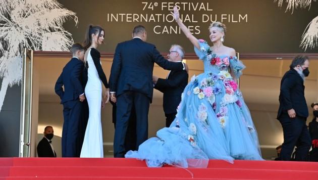 """Die """"Königin von Cannes"""" Sharon Stone winkt ihrem Publikum (Bild: APA/Photo by John MACDOUGALL/AFP)"""