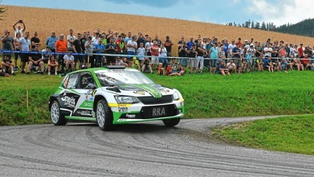 Im Skoda Fabia Rally 2 gibt das Trio Gas. (Bild: Martin Butschell)