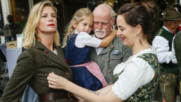 Daniela Meindl mit Jägerinnenjacke, Tochter Greta Sophia, Ehemann Markus Meindl und Lena Hoschek. (Bild: Tschepp Markus)