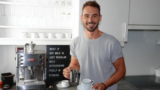 """Barista aus Leidenschaft: Der 31-jährige Waldviertler Max Mayerhofer weiß, wie man guten Kaffee macht - Montag serviert er wieder ab 14 Uhr im """"Café Puls"""". (Bild: Zwefo)"""