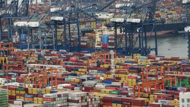 Zuletzt hatte ein Stau im Container-Schiffsverkehr im südchinesischen Hafen Yantian, ausgelöst von einem Corona-Ausbruch unter Arbeitern, die globalen Güterströme stark behindert. (Bild: AFP)