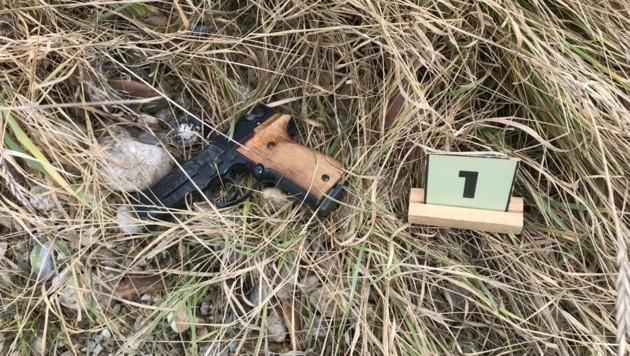 Der Räuber entsorgte die Gaspistole (o.) nach dem Überfall auf der Flucht nahe dem Tatort. (Bild: LPD NÖ)