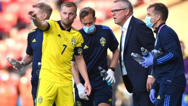 Sebastian Larrson mit Teamchef Janne Andersson bei der EM (Bild: AP)