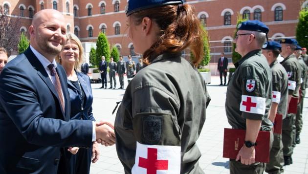 Der slowakische Verteidigungsminister Jaroslav Nad und seine österreichische Amtskollegin Klaudia Tanner (ÖVP) ehrten die österreichischen Soldaten und Soldatinnen (Bild: HBF/Pusch)