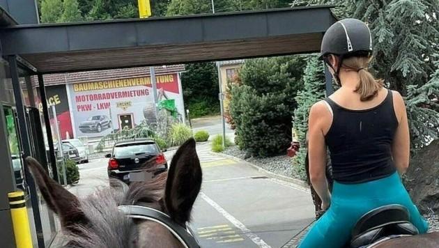 Mit dem Pferd durch den McDrive. Eine kuriose Idee sorgte für interessierte Blicke. (Bild: zVg)