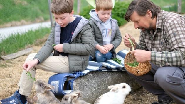 LA Oberhofers Kinder mit Thomas Nißl am Bio-Bergbauernhof für tiergestützte Pädagogik (Bild: Neos Tirol)