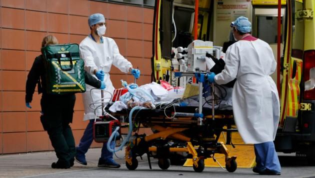 Ein an Covid-19 erkrankter Patient wird in London auf die Intensivstation gebracht. (Bild: APA/AFP/Tolga Akmen)