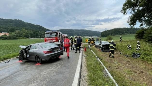 Bei dem Unfall auf der B92 musste eine Pkw-Lenkerin aus dem Wrack geschnitten werden. (Bild: FF Ottmanach)