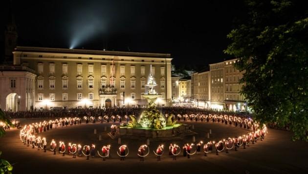 Fackeltanz auf dem Residenzplatz (Bild: Neumayr/MMV)