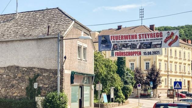 Dieses Haus in Steyregg hat ein Strohmann der Identitären Bewegung gekauft. Das Bierlokal ist schon hergerichtet. (Bild: Alexander Schwarzl)
