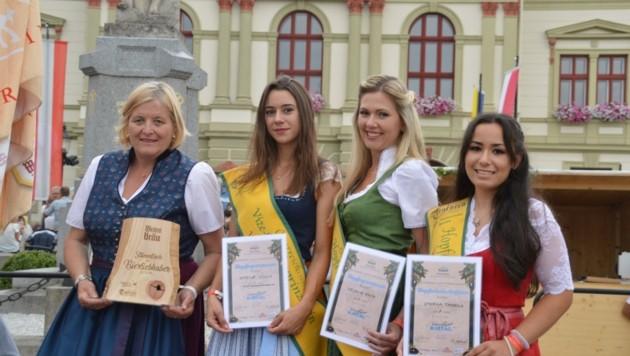 Elfi mit Botschafterin Vanessa (re.), Prinzessin Melanie (2. v. li.), Vizemajestätin Nadine und Prominenten. (Bild: G.K.)