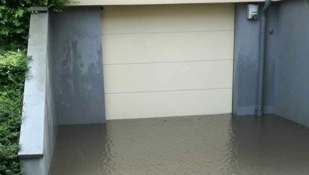 Stehendes Wasser bei der Garage der Anlage. (Bild: Judt Reinhard)