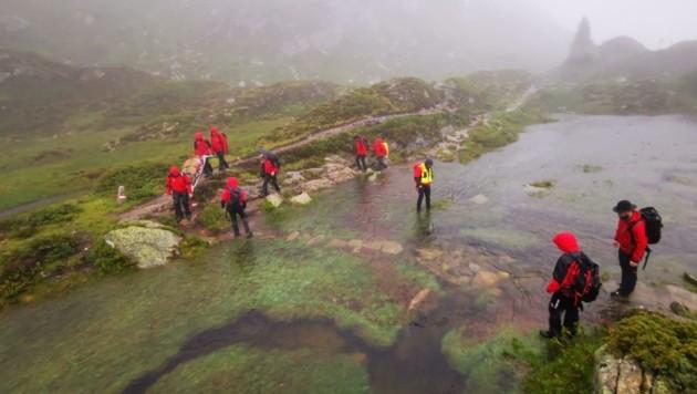 Heikel war für die Bergretter aus Ginzling die Überquerung dieses Moors, das zu einem kleinen See angewachsen war. (Bild: ZOOM.TIROL)