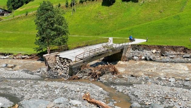 Eine Behelfsbrücke wird die zerstörte Lichtenauer Brücke in Kelchsau ersetzen. (Bild: zoom.tirol)