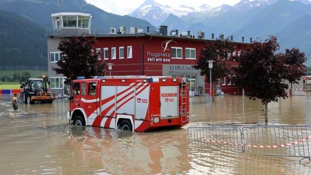 Der Zeller Flugplatz stand Montagnachmittag mehr als einen Meter unter Wasser (Bild: Roland Hölzl)