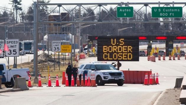 Ein geschlossener Grenzübergang zwischen den USA und Kanada im Bundesstaat Ontario (Bild: APA/AFP/Lars Hagberg)