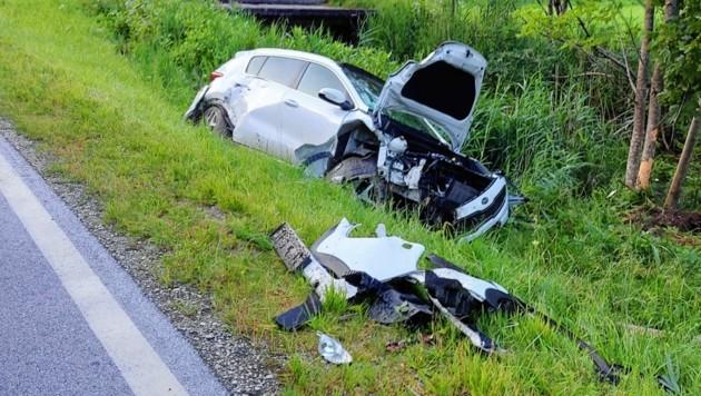 Vermutlich wegen Sekundenschlaf geriet der 20-Jährige von der Fahrbahn ab und fuhr in die Böschung. (Bild: zoom.tirol)