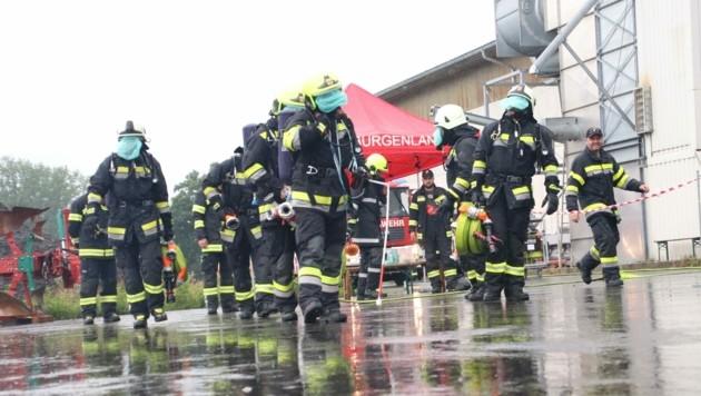 Hitze und Regen setzten den Florianis bei der anstrengenden Übung zu. (Bild: Ingrid Englisch)