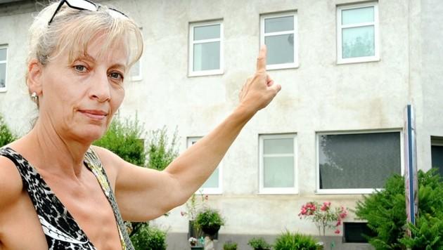 """Mieterin Anna H. vor dem Fenster, das zerschossen wurde. """"Vandalismus und Lärm sind seit der Wiedereröffnung enorm."""" (Bild: Crepaz Franz)"""