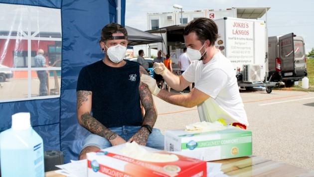 Erst impfen lassen, dann Langos holen: Das geht noch heute und morgen im Primärversorgungszentrum in St. Pölten. (Bild: Imre Antal)