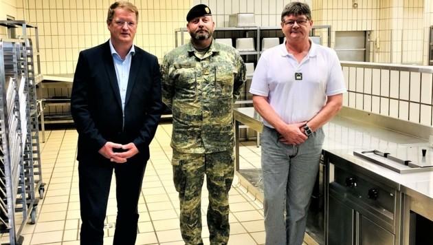 ÖVP-Nationalrat Manfred Hofinger traf sich mit Major Michael Estermann und Vizeleutnant Josef Willenstorfer (v.l.). (Bild: Gramberger)