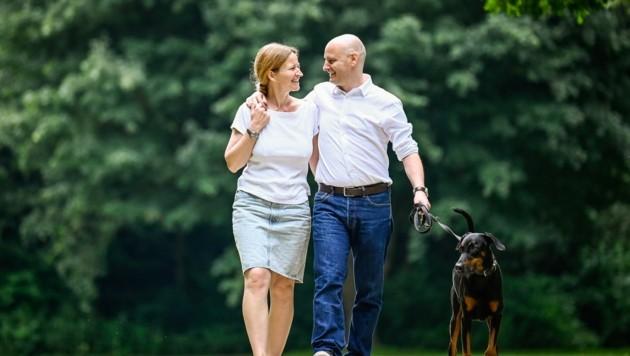 """Markus Hein beim Spaziergang mit Gattin Almut und """"Sky"""" (Bild: Alexander Schwarzl)"""
