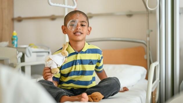 Ussman darf wieder nach Hause. Er hat eine Kunstlinse im Auge, bekommt später noch eine Brille angepasst. (Bild: Alexander Schwarzl)