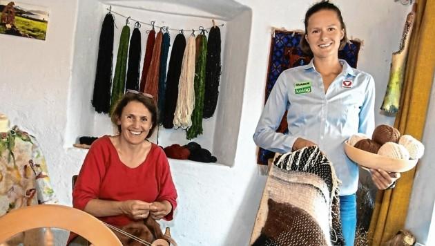 Susanne Aigner vom Kultur- und Handwerkshaus zeigt Vanessa Herzog wie Wolle richtig verarbeitet wird. (Bild: Arbeiter Dieter)