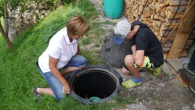 Vorbild: KLAR! Kaunergrat installierte bereits über 30 Regenwassertanks für Brauchwasser. Regina Heckmann und Sohn Peter kontrollieren ihren gerade. (Bild: Totschnig)