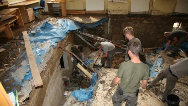 Plötzlich brach der Boden ein und ein gewaltiges Loch tat sich in einem der Schulzimmer der Volksschule auf. (Bild: Bundesheer/Daniela Bacher)