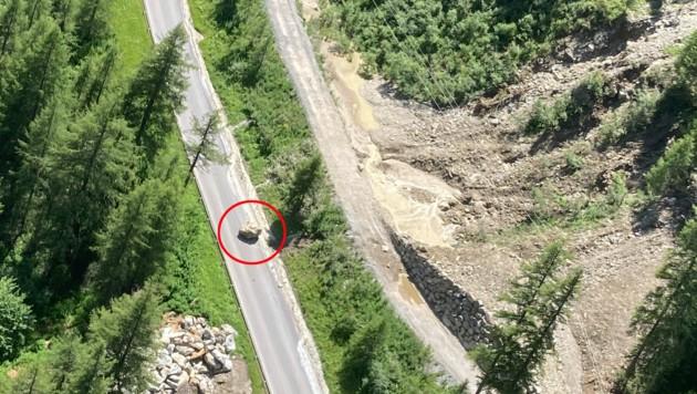 Ein riesiger Felsbrocken war bereits am Montag auf die Ötztalstraße gedonnert. (Bild: zoom.tirol)
