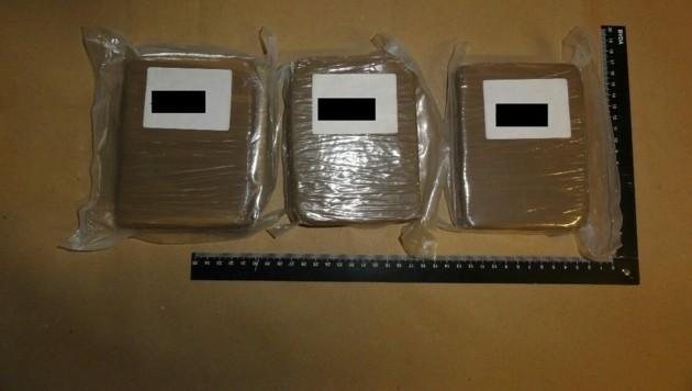 In den Wohnungen wurden 10.000 Euro Bargeld, circa 1,7 Kilogramm Heroin, etwa 40 Gramm Kokain und 1400 Gramm Streckmittel sichergestellt. (Bild: LPD Wien)