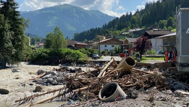 Straße weggerissen, Kanal zerstört - viele Fragen stellen sich unter anderem in der Kelchsau. (Bild: ZOOM.TIROL)