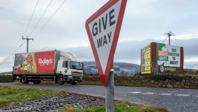 Die britische Regierung ist mit dem Protokoll, dass eine offene Grenze zwischen Irland und Nordirland garantieren soll, immer noch nicht zufrieden. (Bild: APA/AFP/PAUL FAITH)