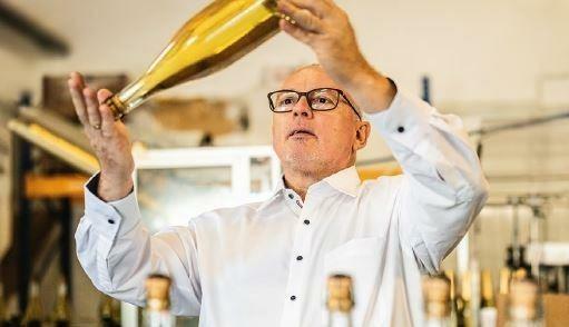 Auf höchste Qualität seiner feinen Sparkling-Kreationen achtet Peter Szigeti mit größter Sorgfalt (Bild: SZIGETI GmbH)