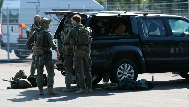 Wegen der Geiselnahme war auch eine Spezialeinheit der schwedischen Polizei ausgerückt. (Bild: AP)