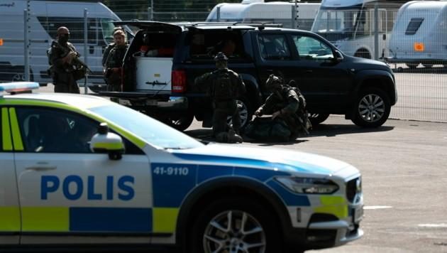 Die schwedische Polizei rückte mit Spezialeinheiten an. (Bild: AP)