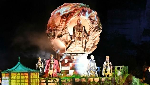 Das Bühnenbild beeindruckt mit asiatischem Flair. (Bild: Huber Patrick)