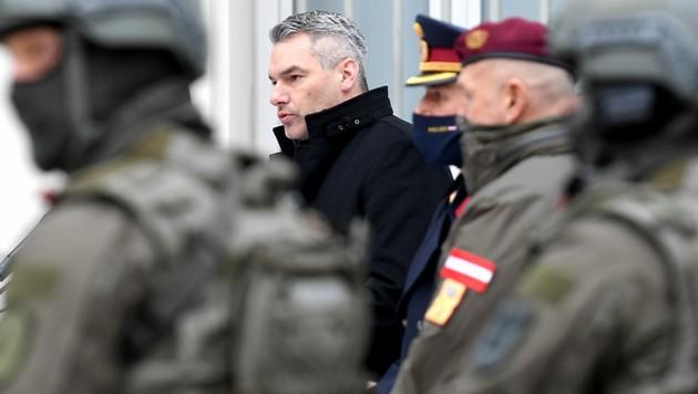 Innenminister Karl Nehammer (ÖVP) mit Mitgliedern des EKO Cobra (Bild: APA/ROLAND SCHLAGER)