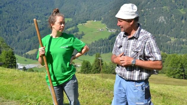 """""""Sie nimmt die Gabel schon gut in die Hand"""", sagt Josef Plangger über die Interimsbergbäuerin Lola Wittstamm (Bild: Daum Hubert)"""