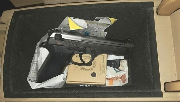 Die Rosenheimer Bundespolizei hat bei Grenzkontrollen auf der A93 Waffen und Munition sichergestellt. (Bild: Deutsche Bundespolizei)