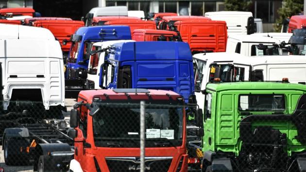 Am Parkplatz des MAN-Werksgeländes stehen derzeit viele Lkw. (Bild: Markus Wenzel)